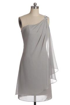 Blanche robe courte pour mariage asymétrique ornée de bijoux en mousseline