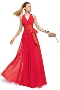 robe-rouge-pour-mariage-longue-a-bretelle-autour-de-col-orne-d-un-noeud-papillon