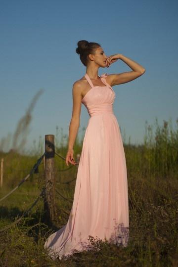 robe-elegante-plissee-pour-mariage-rose-pastel-a-col-halter-en-mousseline