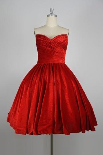 robe-rouge-courte-bustier-coeur-plissee-au-cheville-ligne-a