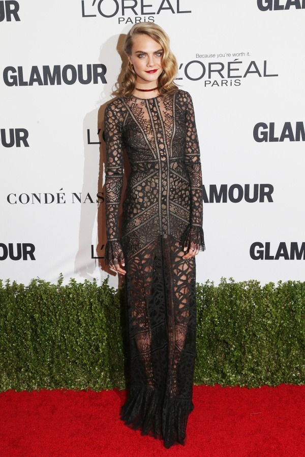 cara-delvingue-robe-noire-sexy-dentelle-au-2016-glamour-women-of-the-year-awards