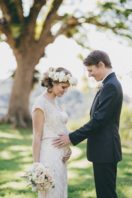 robe-enceinte-de-fiancailles-dentelle-heureuse