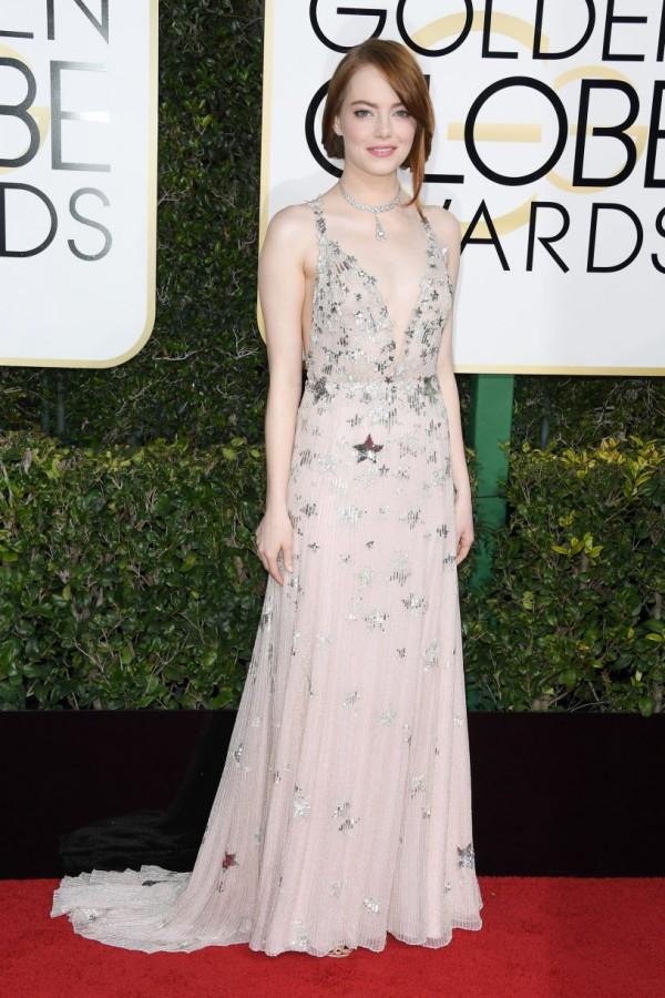 Emma Stone robe col V rose aux étoiles