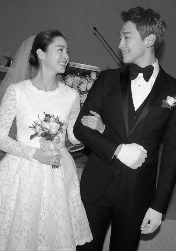 Robe de mariage courte dentelle avec manche.jpg