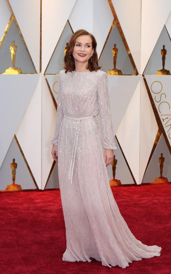 Isabelle Huppert robe rose pastel à manche