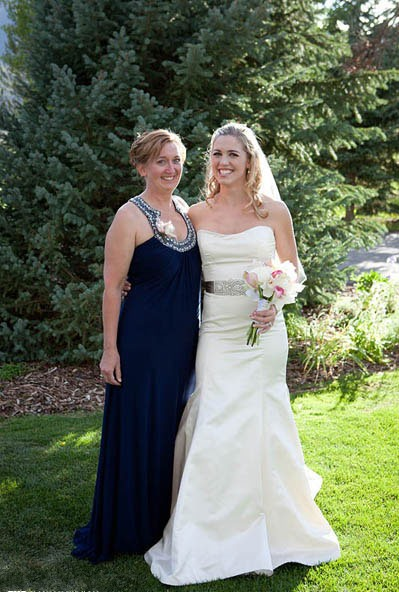 Mère de la mariée en bleu et la belle mariée