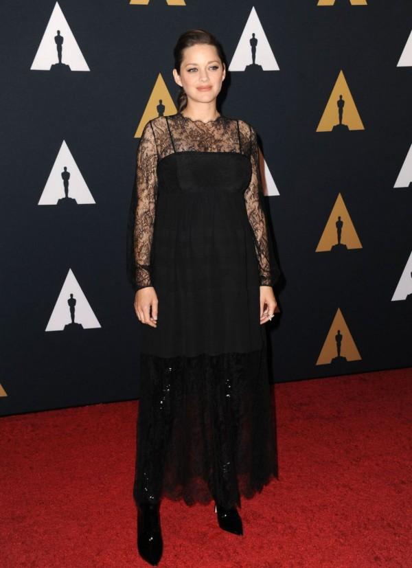 Marion Cotillard en robe de soirée noire à manche dentelle sexy