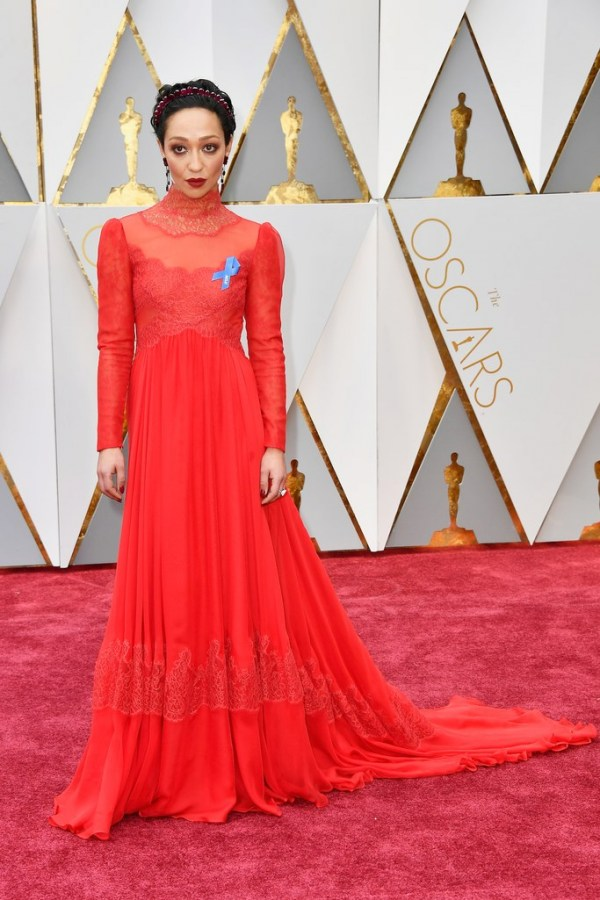Ruth Negga robe rouge col dentelle à manche