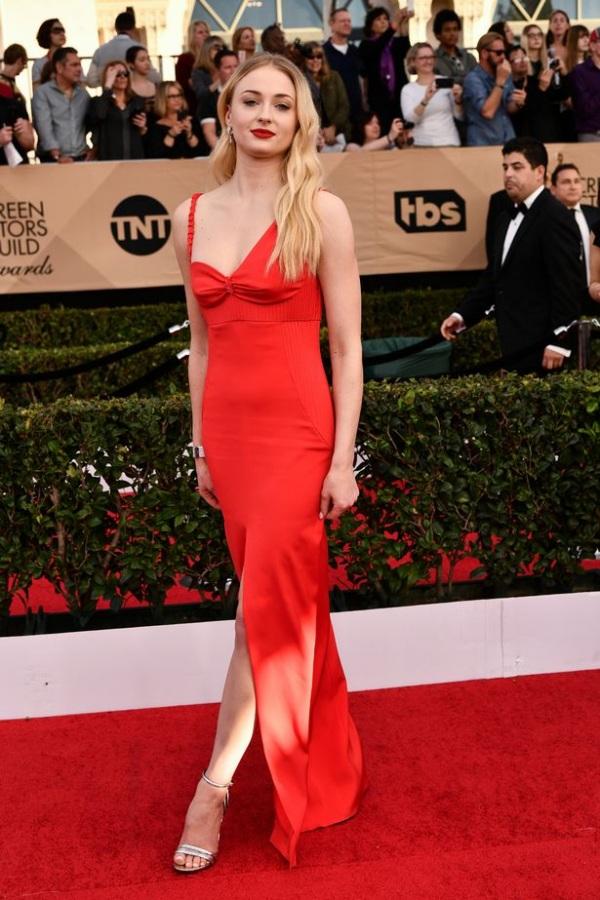 Sophie Turner robe rouge fendue SAG 2017