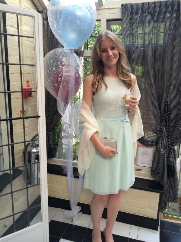 Robe courte et étole pour tenue invitée mariage