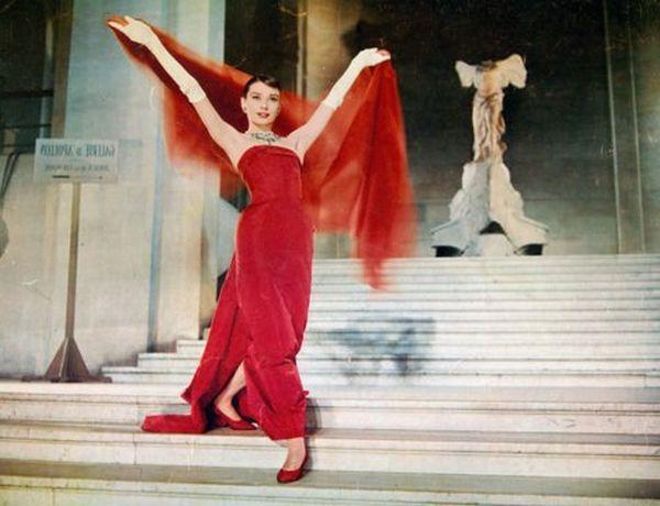 Audrey Hepburn en robe chic rouge dans film Funny Face