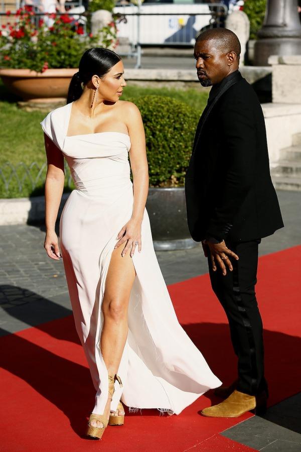 Kim Kardashian robe blanche asymétrique et fendue