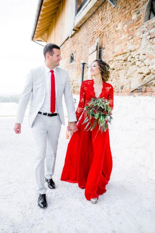 Robe de fiançailles rouge dentelle col V