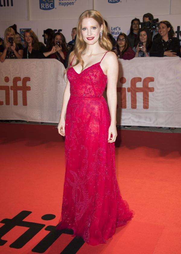 Jessica Chastain robe rouge dentelle aux bretelles