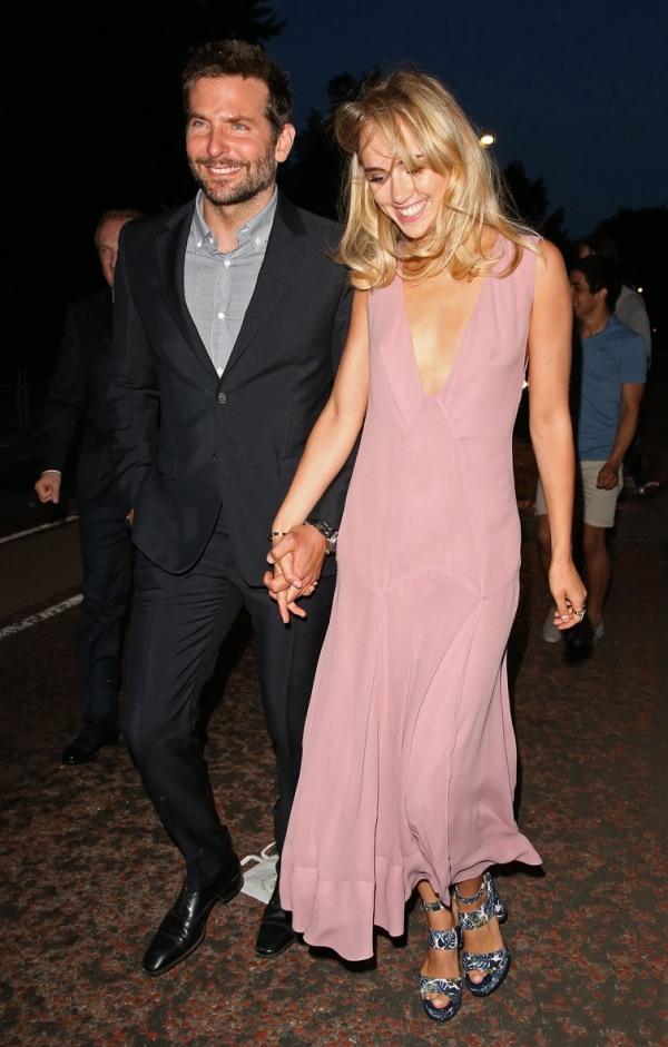 Suki Waterhouse en robe rose pour mariage & Bradley Cooper