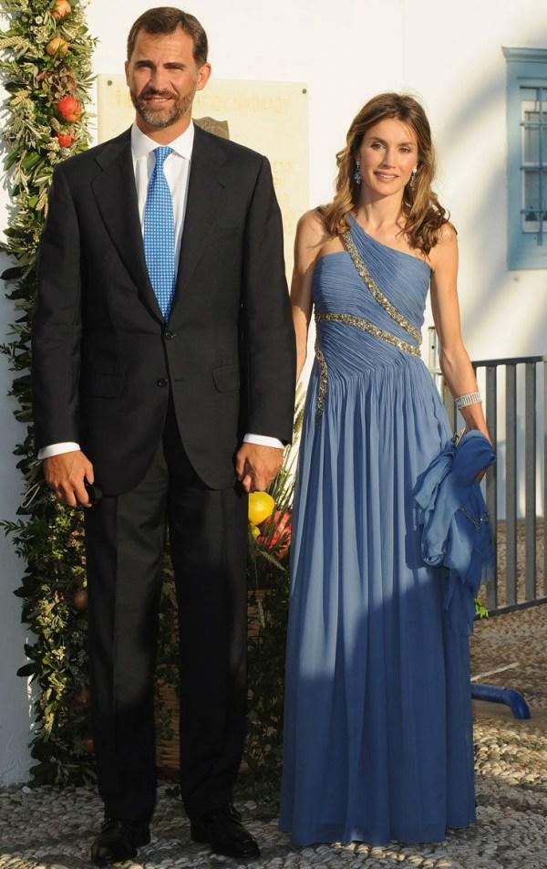 reine Letizia en robe bleue asymétrique d'Espagne et rio Felipe