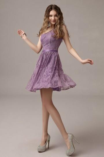 chic robe demoiselle d honneur violette dentelle col asym trique au genou. Black Bedroom Furniture Sets. Home Design Ideas