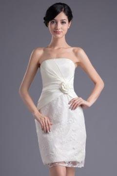 Petite robe blanche en dentelle colonne bustier ornée de fleur pour mariage