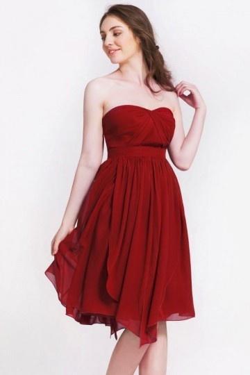 Petite robe bordeaux à bustier cœur pour cortège mariage
