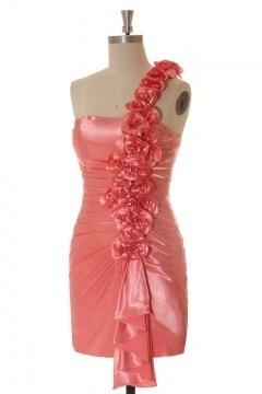 Robe courte asymétrique moulante bretelle avec fleurs pour invité de mariage