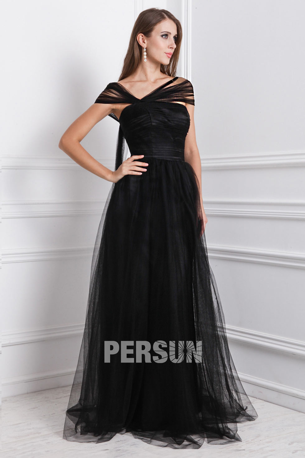 robe noire encolure asym trique longue en tulle pour soir e mariage. Black Bedroom Furniture Sets. Home Design Ideas